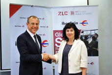 El director territorial de Ibercaja en Aragón, Antonio Lacoma, y la directora de ZLC, Susana Val, durante la firma del convenio.