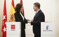 Díaz Ayuso y García-Paje firman la prórroga del abono entre ambas regiones