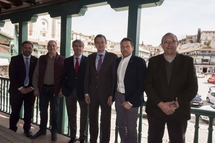 El consejero de Transportes, Movilidad e Infraestructuras de Madrid, Ángel Garrido, se ha reunido en Chinchón con alcaldes del sureste de la región.