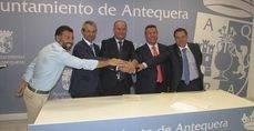 Firma de la Unión Temporal de Empresas 'Urbano de Antequera' en el Ayuntamiento de Antequera.