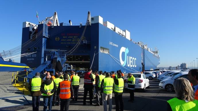 Un buque capaz de navegar con doble combustible visitó el Puerto de Santander