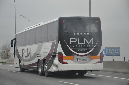 Un autocar circula por una autopista.