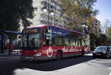 La mejora de la flota y de las instalaciones de la EMT de Valencia permite reducir el equivalente a más de 1.600 toneladas de emisiones de CO2