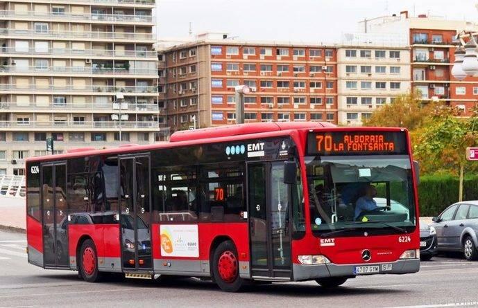 Un autobús recorre las calles de una ciudad española.