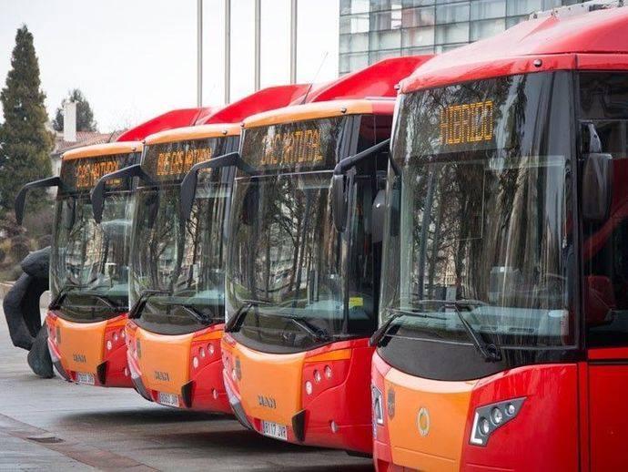 Conjunto de autobuses híbridos y de gas natural.