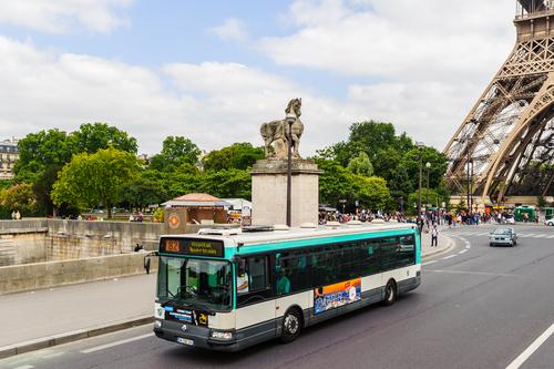 Un autobús recorre las calles de París.