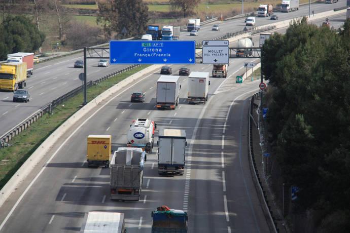 El transporte corta varias carreteras para solicitar la gratuidad de la AP-7