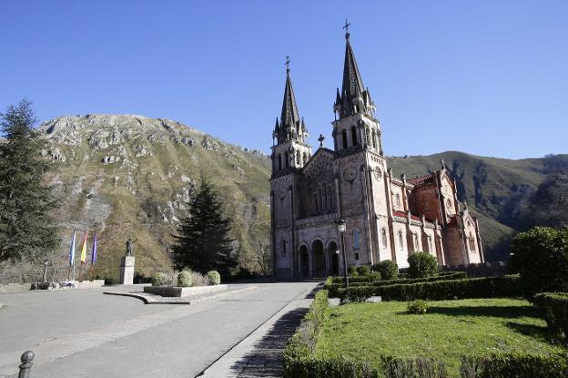 El tráfico a la basílica de Covadonga se corta hasta el 29 de mayo, por las obras de reparación de la explanada