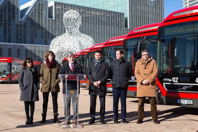 El alcalde de Zaragoza, Pedro Santisteve, junto con la concejala de Medio Ambiente y Movilidad, Teresa Artigas, el Director de Avanza-ADO, Valentín Alonso y el Director de Avanza Zaragoza, Juan Abel Arias.