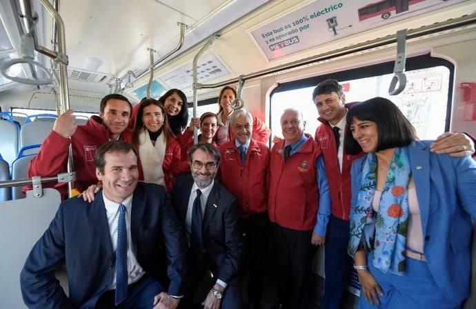 El presidente chileno, Sebastián Piñera (cuarto desde la derecha), otros ministros y funcionarios a bordo del autobús BYD.
