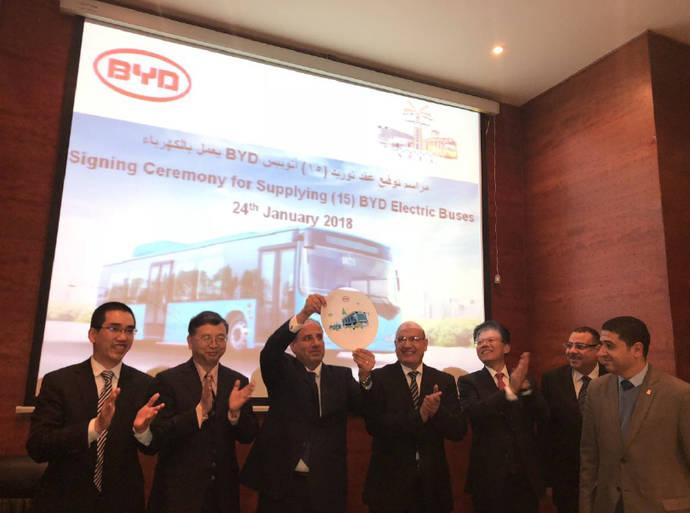 Imagen del evento de la firma del contrato entre BYD y la ciudad de Alejandría.
