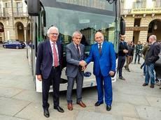 Turín celebra la entrega de la primera flota de ebuses en Italia