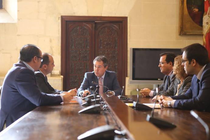 Reunión de miembros del Ayuntamiento de Sevilla para tratar el tema del BRT en la ciudad.