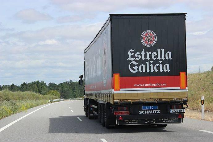 Un camión recorre tierras gallegas.
