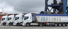 Diversos camiones de GNL.