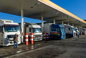 La DGT levanta las restricciones a camiones en el Puente de Mayo
