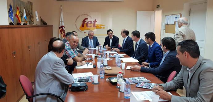El Vicepresidente de Canarias se reúne con los empresarios de transporte de viajeros