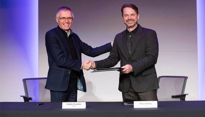 Carlos Tavares, presidente del Consejo de Administración de Groupe PSA, y Mike Manley, consejero delegado de FCA, estrechan sus manos, tras el acuerdo.