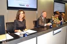 Ana Isabel González, presidenta del CEL y directora de Logística de Procter & Gamble, y Pedro Nueno, presidente de la ABE, han suscrito dicho acuerdo.