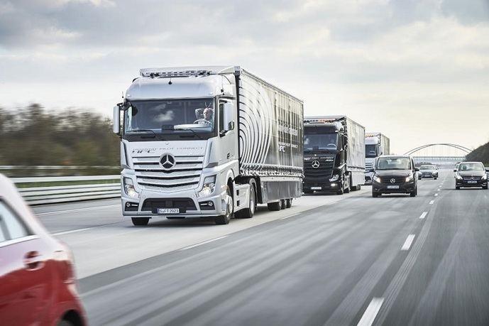 Tres camiones Mercedes-Benz autónomos circulan en convoy de Stuttgart a Rotterdam