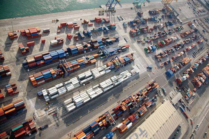 Los sindicatos agradecen las propuestas del mediador para la estiba portuaria