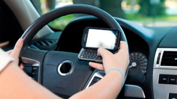 El 71% de los conductores madrileños se ha distraído al sincronizar dispositivos con el vehículo