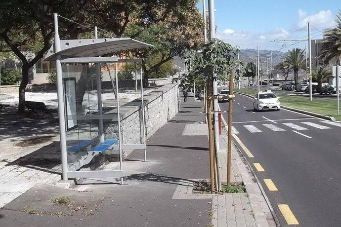 Santa Cruz de Tenerife instala nuevas marquesinas de guaguas