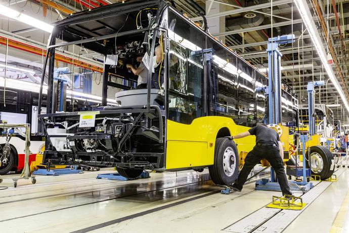 Un eCitaro en su proceso de fabricación, en la planta de Mercedes Benz en Mannheim.