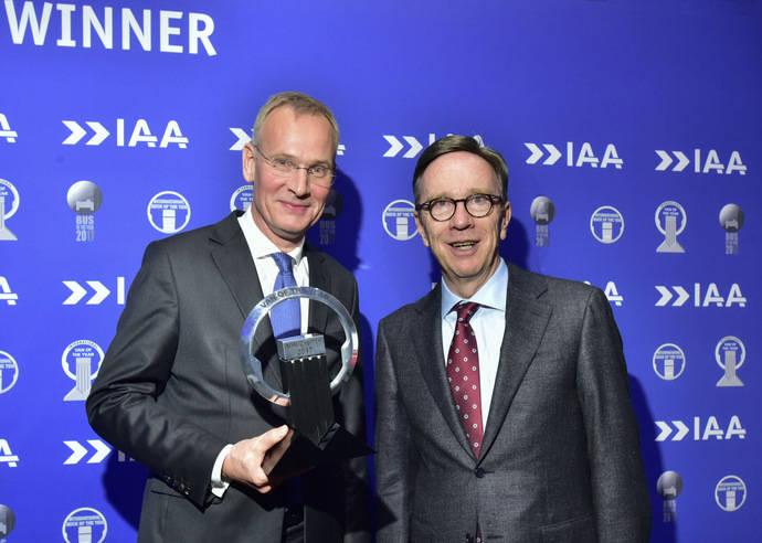 De izquierda a derecha, Eckhard Scholz, consejero delegado de Volkswagen Vehículos Comerciales (izquierda) y Matthias Wissmann, presidente de la Asociación alemana de Fabricantes de Coches.