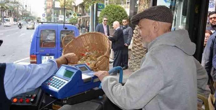 Vectalia reparte 15.000 bolsas con las uvas de la suerte a los pasajeros de sus autobuses, el día de Nochevieja