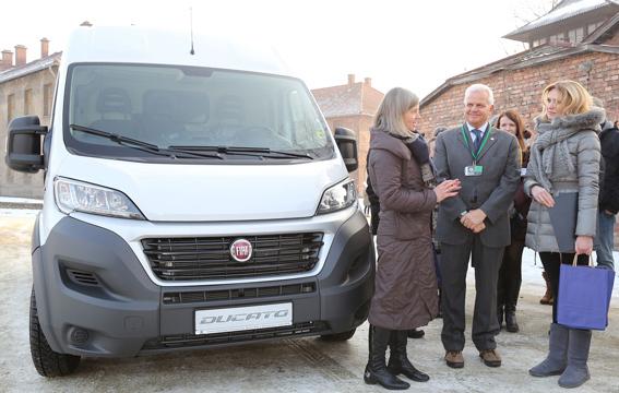 Fiat entrega un Ducato al museo de Auschwitz-Birkenau