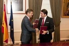 El ministro de Fomento en funciones, Rafael Catalá, y el consejero de Fomento y Medio Ambiente de la Junta de Castilla y León, Juan Carlos Suárez-Quiñones, firman el acuerdo.