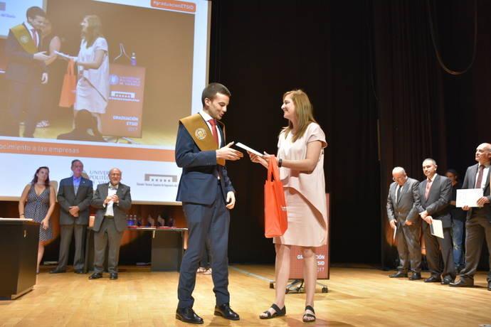 Momento en que Sinforiano Cantos Trigo recibe su galardón, de manos de Marisol García, jefa de I+D de Istobal.