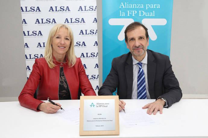 Clara Bassols, directora de la Fundación Bertelsmann, y Juan Antonio Esteban, director de Recursos Humanos de Alsa, firman la alianza.