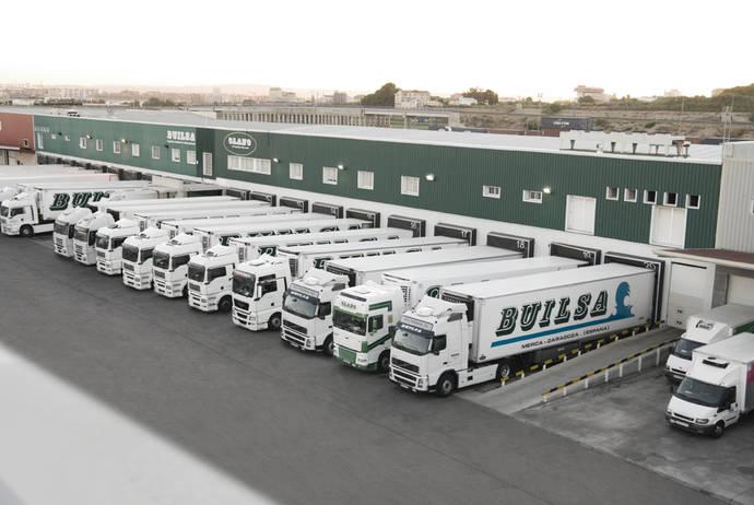 Una plataforma logística con sus respectivos camiones.