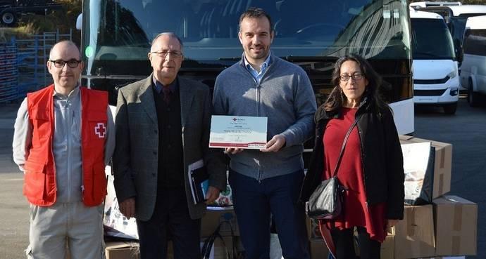 Indcar hace entrega de más de 450 juguetes al presidente de la Cruz Roja Carles Soler