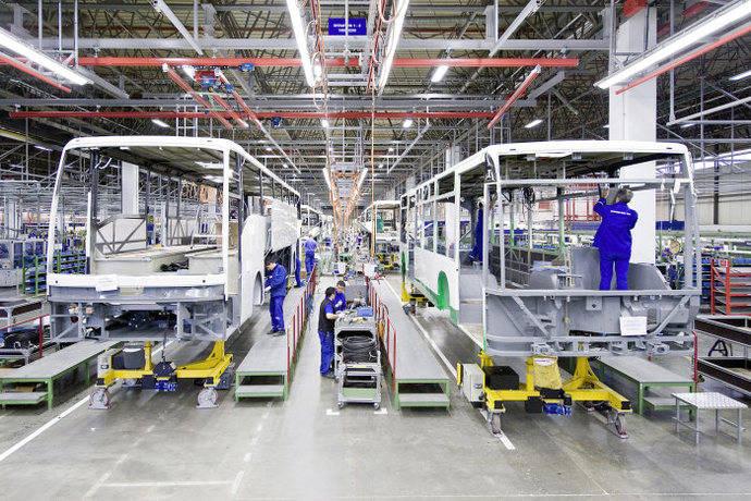 Daimler decide interrumpir gran parte de su producción en Europa, por el Covid-19