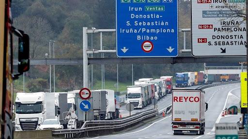 El cierre de la frontera gala afecta a 20.000 camioneros españoles