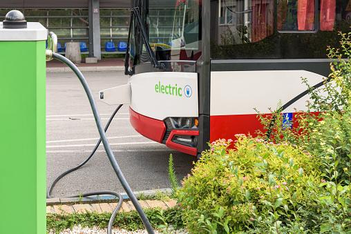 Alaska presenta su primer autobús Ave eléctrico