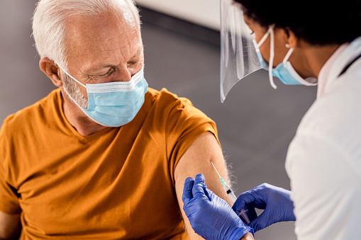 Dubái comienza a vacunar a los trabajadores del transporte público
