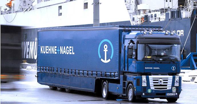 Un camión de Kuehne+Nagel abandona un puerto tras recibir su carga.