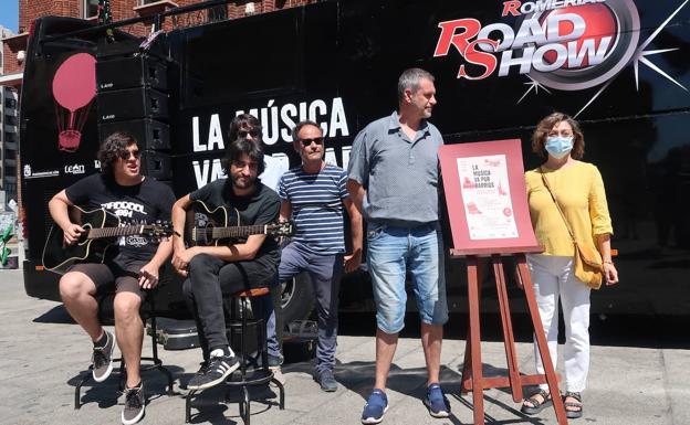 Artistas y grupos locales leoneses recorren en autobús todos los rincones de la ciudad
