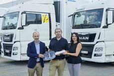 De izquierda a derecha: Salvador Martínez de MAN Truck & Bus Iberia, Carlos Cernuda, el director general de Zariñena y Ana Soria de MAN Truck & Bus Iberia.