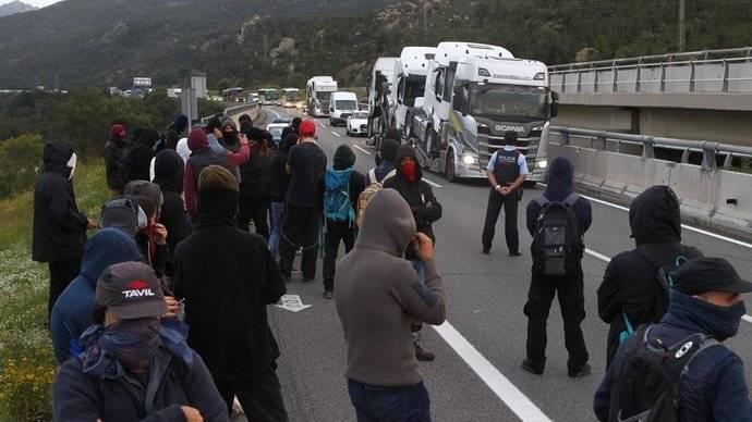 Manifestantes independentistas cortan la AP-7, a la altura de La Jonquera.