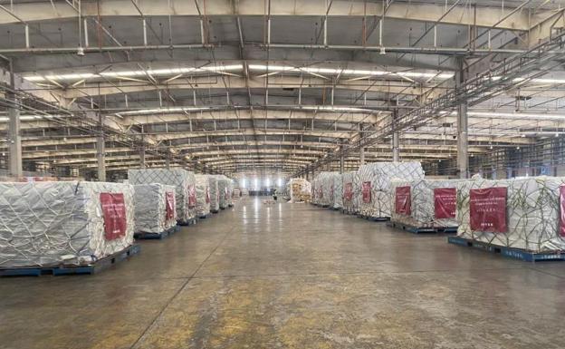 Mascarillas en un almacén logístico.