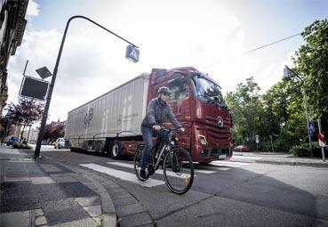 Récord de demanda del Sideguard Assist de Mercedes-Benz Trucks