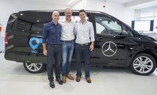 Mercedes y Via en la firma del acuerdo.