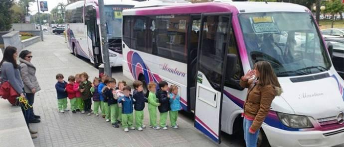 Dos autobuses de transporte escolar.