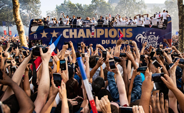 Francia celebra su victoria en el Mundial en un autobús Unvi