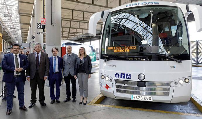 La consejera andaliza Marifrán Carazo, junto a uno de los autobuses de la nueva línea directa entre Huelva y Cádiz.